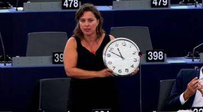 La eurodiputada del BNG Ana Miranda saca un reloj durante el discurso.