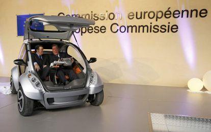 Jose Manuel Durão Barroso (izquierda) y el empresario Jesús Echave, en la presentación del coche eléctrico vasco en Bruselas en 2012