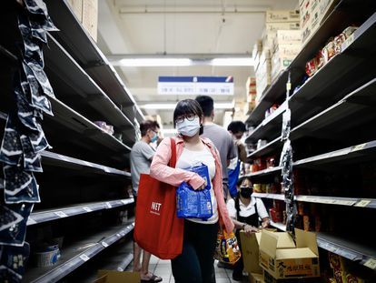 Residentes de Taipei corren a abastecerse ante la recomendación de que limiten sus salidas.