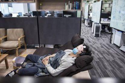 Uno de los empleados de Yitu se toma un descanso antes de seguir trabajando.