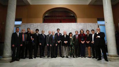 Foto de familia en homenaje a la generación del 27, este miércoles en el Ateneo de Sevilla.