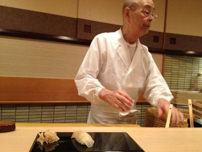 Jiro Ono prepara sushi en su restaurante situado en el metro de Tokio.