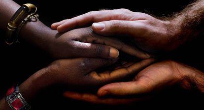 Las manos de una mujer africana a quien se le realizó una reconstrucción del clítoris en la clínica Dexeus de Barcelona en 2010 y su médico.