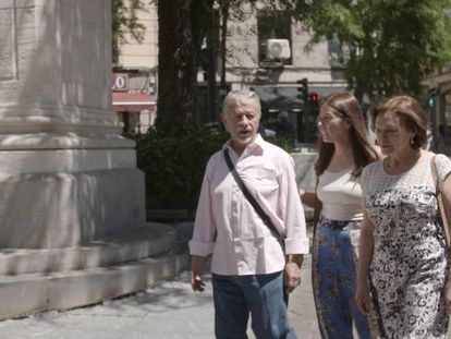 Patricia Forero (centro), pasea con sus padres por la plaza de Tirso de Molina, en Madrid.
