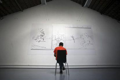 El artista portugués Jose Ribeiro, que vive en el pabellón psiquiátrico del hospital lisboeta de Julio de Matos, posa frente a una de sus obras.