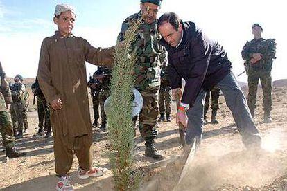 El ministro de Defensa, José Bono, planta un árbol en memoria de los 17 militares españoles que fallecieron el pasado mes de agosto en un accidente de un helicóptero en la provincia afgana de Herat.