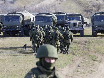 Tropas militares a las afueras de Simferopol, Ucrania.