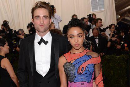 El actor Robert Pattinson y la cantante FKA Twigs.