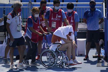 Paula Badosa se retira de la pista en silla de ruedas tras sufrir un golpe de calor, este miércoles.