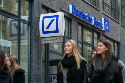 Un grupo de jóvenes pasea frente a una sucursal de Deutsche Bank en Hamburgo (Alemania).