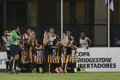 Jugadores de The Strongest celebran el gol ante Sao Paulo