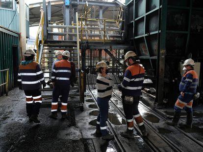 Trabajadores del pozo Santiago. En vídeo, la mina se ofrece como almacén de la vacuna contra el coronavirus.