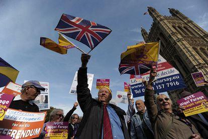Un grupo de manifestantes protesta junto al Parlamento británico para pedir un referéndum sobre la salida de Reino Unido de la UE.