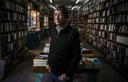 El editor Chus Visor, en la librería de su editorial en Madrid.