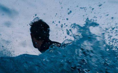 Un surfista practica antes del campeonato de Pantín.