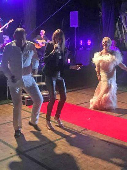 Félix Revuelta y su esposa Luisa Rodríguez Maroto, bailando con Carla Bruni en 2019.