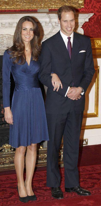 El príncipe Guillermo de Inglaterra y su prometida Kate Middleton posan para los medios el día del anuncio de su compromiso.