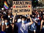 """GRAFCVA6721. VALENCIA, 28/06/2021.- Un joven lleva una pancarta con el lema """"Abracemos nuestra identidad"""" durante la manifestación del Orgull LGTB+ bajo el lema """"Els drets trans són drets humans"""", que reclama al Gobierno una ley trans estatal. EFE/Biel Aliño"""