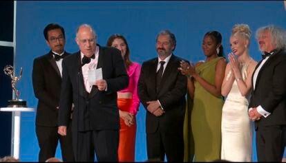 El equipo de 'Gambito de dama' tras recibir el premio a la mejor miniserie o película para televisión el pasado domingo en los Emmy.