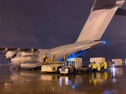 Un avión fletado por el Ejército del Aire español carga material sanitario en el aeropuerto de Shanghái, en marzo.