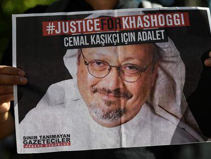 Vigilia en recuerdo de Khashoggi en el segundo aniversario de su asesinato frente al consulado saudí en Estambul, en octubre de 2020.