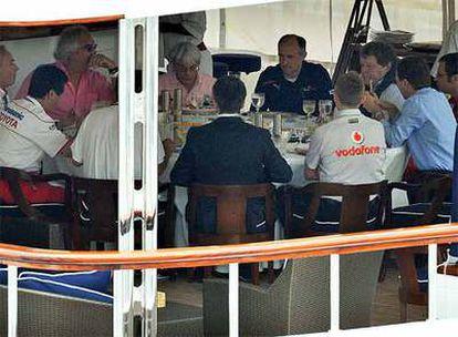 Los representantes de las escuderías se reúnen con Mosley en el yate de Briatore.