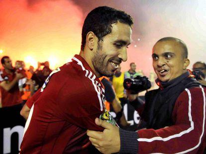 El jugador del club egipcio Al Ahly, Mohamed Aboutrika con un aficionado después de ganar los Orlando Pirates de Sudáfrica, en el estadio Arab Contractors de El Cairo, Egipto.