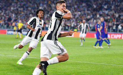 Dybala, junto a Cuadrado, celebra uno de sus dos goles.