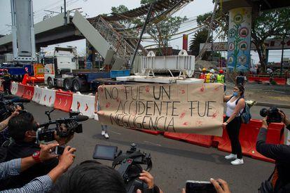 Una protesta frente al lugar del accidente, este miércoles en Ciudad de México.