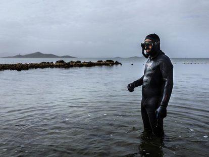 Emilio Cortés Melendreras toma muestras de nacras en el Mar Menor.