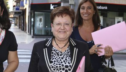 La presidenta alicantina Luisa Pastor, seguida de la diputada Mónica Lorente