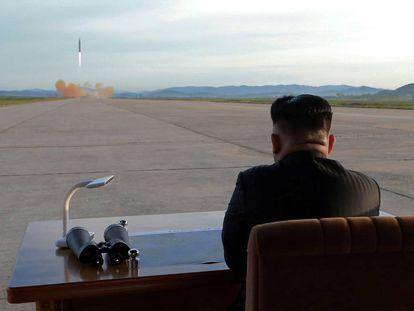 Kim Jong Un observa el lanzamiento de un misil Hwasong-12 en esta foto sin fecha.