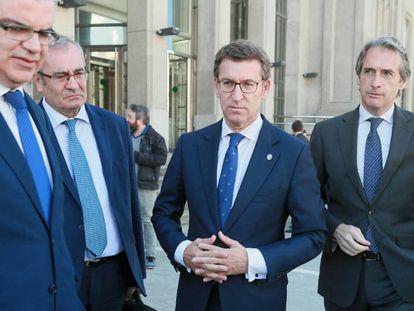 Feijóo y De la Serna, segundo y primero por la derecha, este miércoles tras la firma del protocolo en A Coruña.