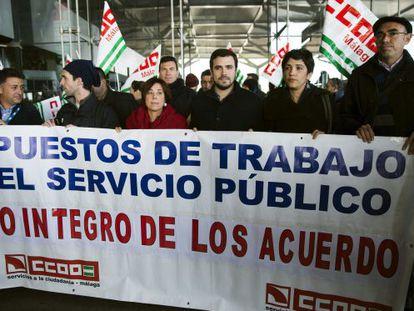 Alberto Garzón (tercero por la derecha), ayer en una protesta de trabajadores del aeropuerto de Málaga contra la privatización de AENA.