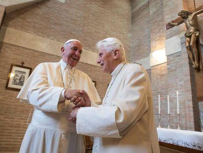 El Papa Francisco y Benedicto XVI en el Vaticano en 2016.