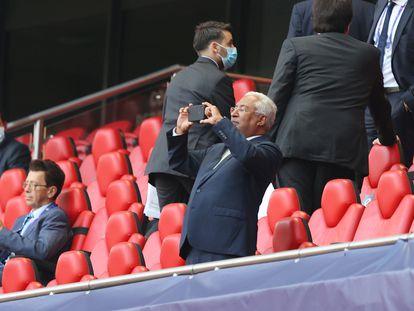 El primer ministro de Portugal, António Costa, toma una foto antes de un partido de fútbol, el pasado agosto, en Lisboa.