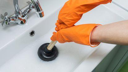 Una selección de desatascadores para disolver la suciedad más incrustada de tuberías y desagües de casa.