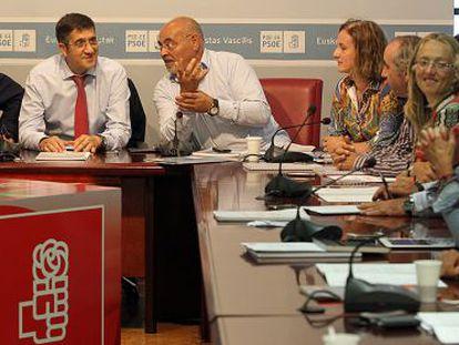 López (al fondo), entre Eguiguren (izquierda) y José Antonio Pastor, ayer en la ejecutiva.