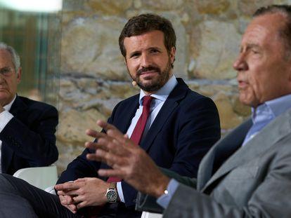 Pablo Casado (c), el exministro y presidente de la Fundación Transición Española, Rafael Arias Salgado (i) y el exministro y diplomático Ignacio Camuñas (d).
