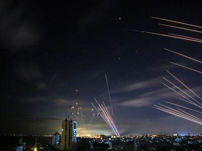 El sistema israelí de defensa antimisiles Cúpula de Hierro (a la izquierda) interceptaba cohetes disparados por Hamás el pasado domingo.