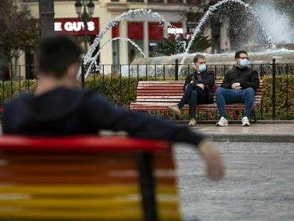 Solo dos personas en las calles si no son convivientes, una de las restricciones en vigor en la Comunidad Valenciana por la pandemia.