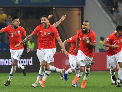 Los jugadores de Chile celebran el triunfo ante Colombia.