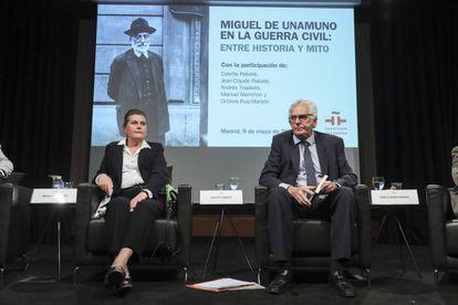 Coloquio sobre el libro 'En el torbellino. Unamuno y la Guerra Civil', en el Instituto Cervantes. De izquierda a derecha, Colette Rabaté y Jean-Claude Rabaté, sus autores.