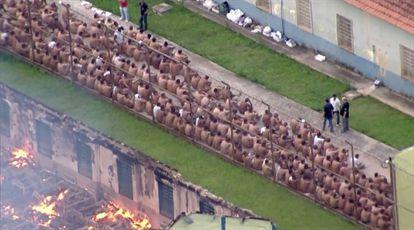 Captura de vídeo donde se ve a los prisioneros sentados en el patio de la prisión de Franco da Rocha