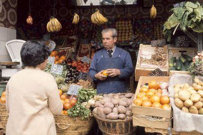 Frutería de la plaza de la Cebada de Madrid, en 1977.