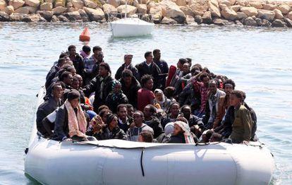 Un grupo de extranjeros interceptados por las autoridades libias regresan al puerto de Trípoli.