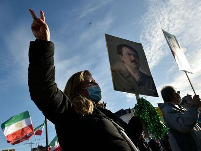 Protesta con banderas iraníes y retratos el pasado jueves ante el tribunal de Amberes, durante el juicio por el atentado fallido en Bélgica contra un grupo opositor iraní en 2018.