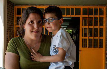 Thiago en brazos de su madre, Tamara Santillán, antes de entrar a clase.