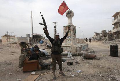 Un rebelde sostiene su arma en la ciudad del norte de Siria al-Bab