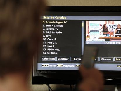 Un telespectador selecciona uno de los canales de la TDT.